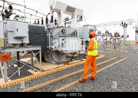 professionelle afrikanische Elektriker arbeiten im Umspannwerk - Stockfoto