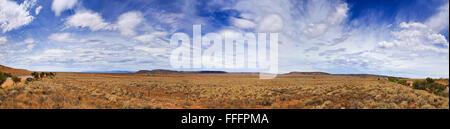 Breite 180 Grad Panorama der endlosen Ebenen im australischen Outback an einem sonnigen Sommertag. Eingezäunten - Stockfoto