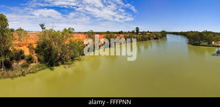 Panoramablick über weite und dem größten australischen Fluss Murray von der Brücke an einem sonnigen Tag - Stockfoto