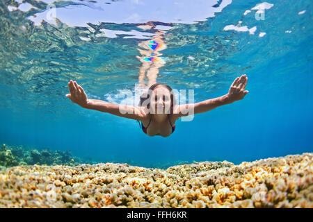 Glückliches schöne Mädchen - junge Frau Tauchgang unter Wasser mit Spaß über Korallenriff im Meer Pool. - Stockfoto
