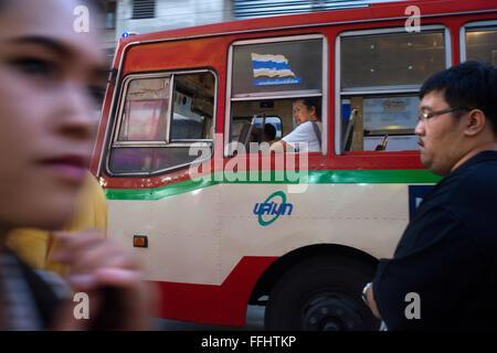 Öffentlicher Bus auf der Straße. Blick auf Thanon Yaowarat Straße bei Nacht in Zentralthailand Chinatown-Viertel - Stockfoto