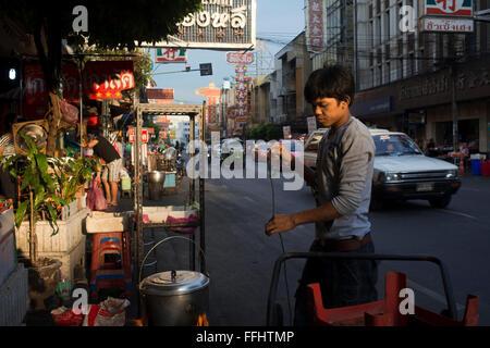 Thanon Yaowarat Straße in der Nacht in Zentralthailand Chinatown-Viertel von Bangkok. Yaowarat und Phahurat ist - Stockfoto