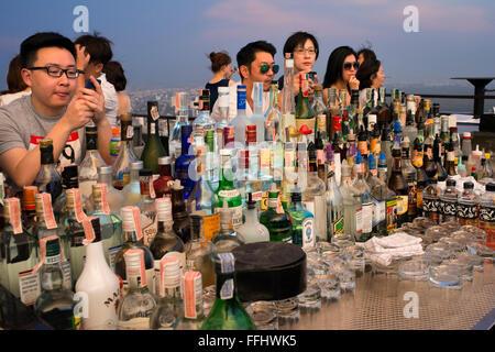 Viele Cocktails. Banyan Tree auf dem Dach Vertigo & Moon Bar, Restaurant, Bangkok, Thailand. Blick auf die Stadt, - Stockfoto