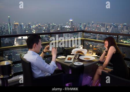 Romantisches Abendessen. Banyan Tree auf dem Dach Vertigo & Moon Bar, Restaurant, Bangkok, Thailand. Blick auf die - Stockfoto