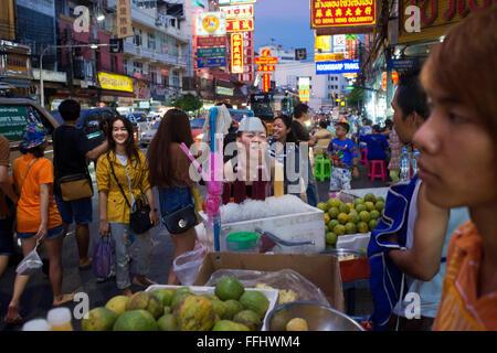 Restaurants und Nachtleben in Thanon Yaowarat Straße in der Nacht in Zentralthailand Chinatown-Viertel von Bangkok. - Stockfoto
