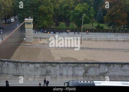 Eines der letzten verbleibenden Wachturm und Todesstreifen aus der Berliner Mauer an der Gedenkstätte Berliner Mauer. - Stockfoto