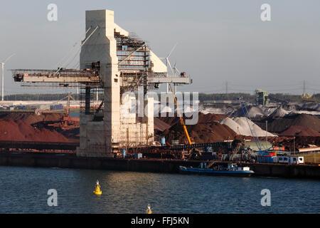 grobe Erzabbau in den Industriehafen in Rotterdam, Niederlande - Stockfoto