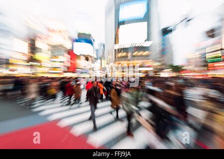 Tokyo, Japan - 17. Januar 2016: Feierabendverkehr auf die berühmte Shibuya Crossing in Tokio, Japan. - Stockfoto
