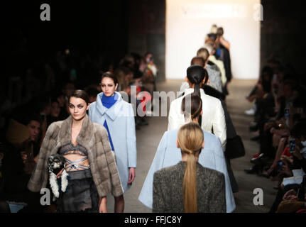 New York, USA. 14. Februar 2016. Modelle zeigen Kreationen Vivienne Hu 2016 Herbst/Winter Kollektion während der - Stockfoto