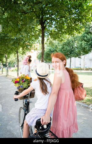 Mutter und Tochter Reiten Fahrrad - Stockfoto