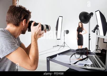 Fotograf Aufnahmen Modell im Studio mit Softboxen - Stockfoto