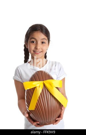 Mädchen mit einem großen Schokoladen Osterei auf weißem Hintergrund - Stockfoto