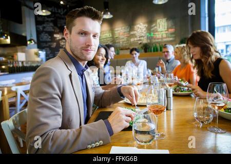 Gruppe von Freunden feiern im restaurant