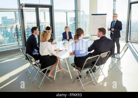 Senior Architekt hält Vortrag im Business-meeting - Stockfoto