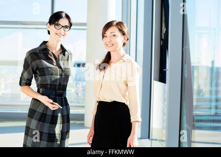 Porträt von zwei weiblichen Architekten im modernen Büro - Stockfoto