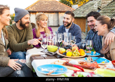 Gruppe von Freunden trinken Wein auf Gartenparty - Stockfoto