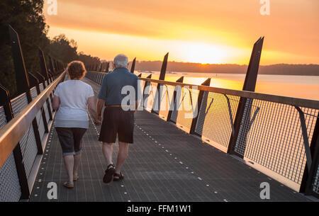 Ältere Paare, die bei Sonnenuntergang - Stockfoto