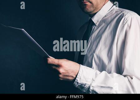 Inspektor tun, Rechnungsprüfung, Geschäftsmann, Geschäftsbericht, Retro-getönten lesen, selektiven Fokus zu besteuern - Stockfoto