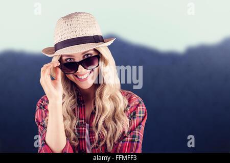 Zusammengesetztes Bild des wunderschönen lächelnden blonden Hipster posiert mit Sonnenbrille - Stockfoto
