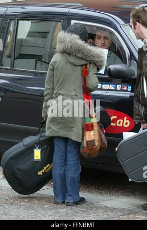 katie melua bekommt ein london taxi mit ihrer gitarre in. Black Bedroom Furniture Sets. Home Design Ideas