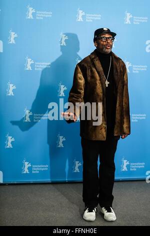 Berlin, Deutschland. 16. Februar 2016. Regisseur Spike Lee stellt bei einem Fototermin für die Förderung des Films - Stockfoto