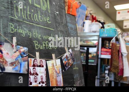 Buffalo, New York, USA. 14. Januar 2016. 'Bring die Welt nach Buffalo' können auf einer Tafel in der West Side Bazaar - Stockfoto