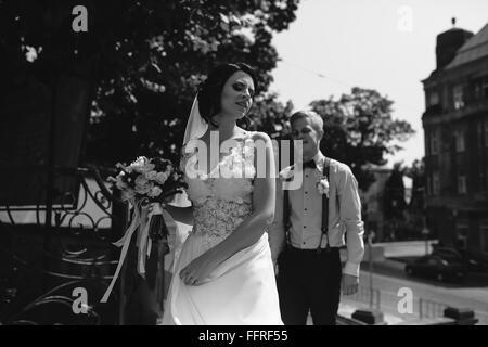 Braut und Bräutigam posiert auf den Straßen - Stockfoto