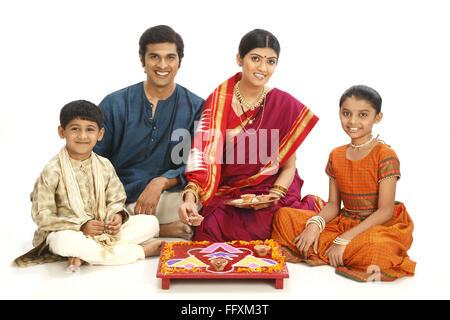Rich ländlichen Bauernfamilie feiern Diwali Deepawali Festival Herr #743A, 743B, 743C 743D - Stockfoto