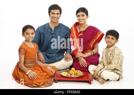 Rich ländlichen Bauernfamilie sitzt zusammen mit Snacks gehalten in Platte auf Holzsitz Herr #743A, 743B, 743 C - Stockfoto