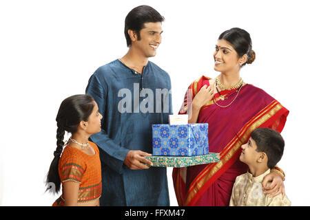 Rich ländlichen Bauernfamilie mit Geschenk-Boxen Herr #743A, 743B, 743C, 743D - Stockfoto