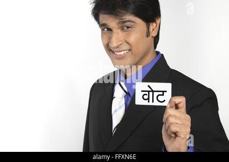 Executive mit weißem Karton gedruckte Abstimmung in Hindi Herr #687 M - Stockfoto