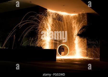 Beleuchtete Stahlwolle vor Haus in der Nacht - Stockfoto