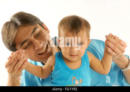 Vater spielt mit einjährigen Baby junge Herr #592 29. März 2008 - Stockfoto