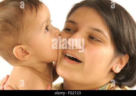 Mutter mit einjährigen Baby versuchen, ihre Wange Herrn #592 beißen 29. März 2008 - Stockfoto
