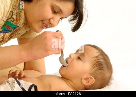 Mutter, Fütterung mit Löffel einjährigen jungen liegen Herr #592 29. März 2008 - Stockfoto