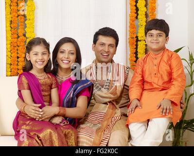 Eltern mit Kindern in traditionellen tragen sitzen im Haus Herr #702R, Herr #702S, #702T Herr, Herr #702U - Stockfoto