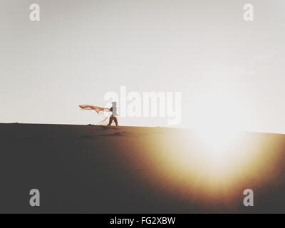 Frau stehend auf Sanddüne - Stockfoto