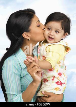 Mutter, küssen auf die Wange von Baby MR - Stockfoto