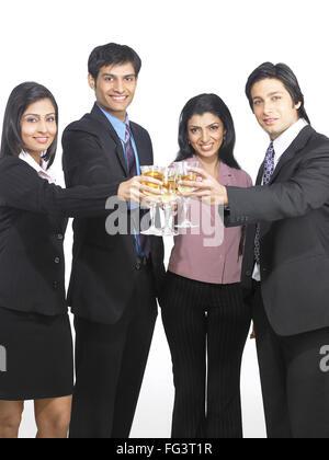 Südasiatische indische executive Männer und Frauen Toasten Weinglas Herr - Stockfoto