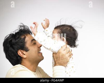 Indischen Vaters spielen mit Baby Girl Herr #702O 702A - Stockfoto