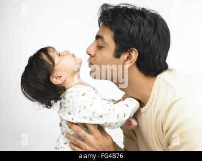 Indischer Vater küssen Babymädchen Herr #702O 702A - Stockfoto