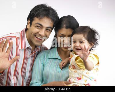 Indische Eltern mit Babymädchen tun Tata Herr #702O, 702A, 702L - Stockfoto
