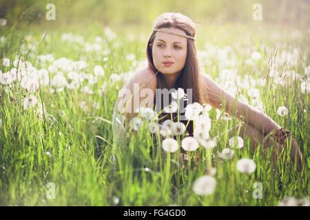 Schöne Frau mit unbeschwerten Ausdruck. Natur-Harmonie Stockfoto