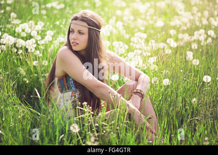 Schöne Frau auf einer blühenden Wiese. Harmonie von Natur und Freiheit Stockfoto