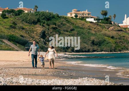 Brautpaar schwanger mit ihrem Sohn genießen Sonnentag und Spaziergang an der Küste in Spanien. - Stockfoto
