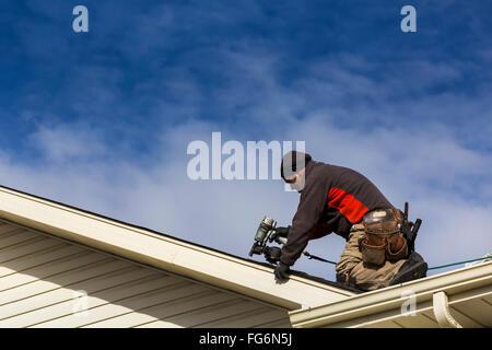 Dachdecker Kanada männliche dachdecker mit luft nagler auf dem dach nagelung neue