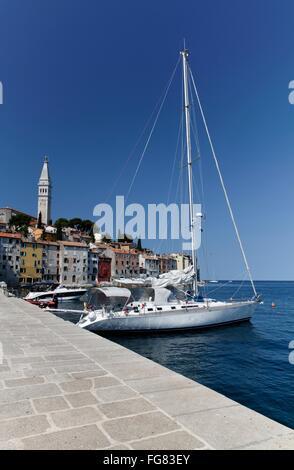 Geographie/Reisen, Kroatien, Istrien, Rovinj, Kai mit Segelboot und Kirchturm, Additional-Rights - Clearance-Info - Stockfoto