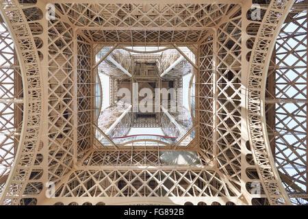 Eiffel Turmstruktur unter Ansicht in Paris, sonnigen Tag - Stockfoto