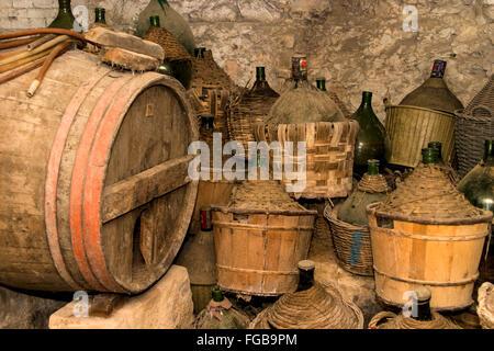 Alte Weinflaschen und Fass im Keller des Jagdschloss gebaut in der Toskana Italien-1500 n. Chr. gefunden. - Stockfoto
