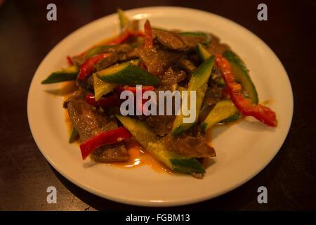 Uigurische Küche: Rindfleisch Salat, Geschnetzeltes Rindfleisch mit frische Gurke, Paprika und Chili Öl - Stockfoto